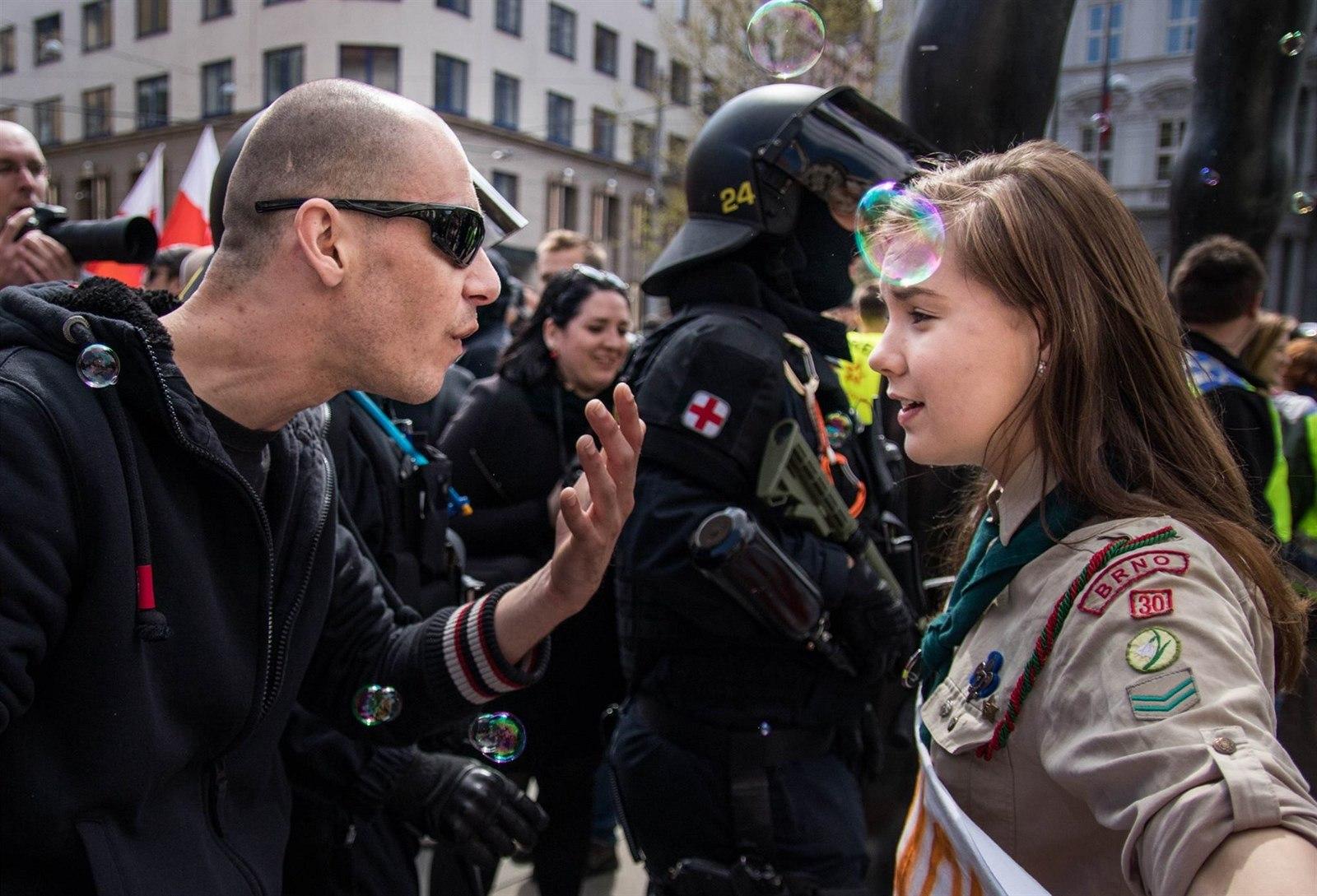 Snímek mladé skautky diskutující s rozčileným pravicovým extremistou při prvomájovém pochodu Brnem se prosadil do prestižních světových médií.